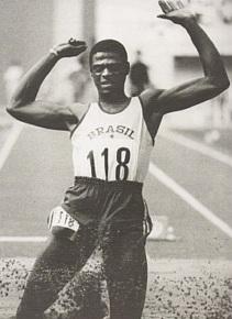João do Pulo quebrando o recorde mundial do salto triplo nos Jogos Pan-Americanos da Cidade do México, em 1975. nascimento em 28 de maio - João Carlos de Oliveira