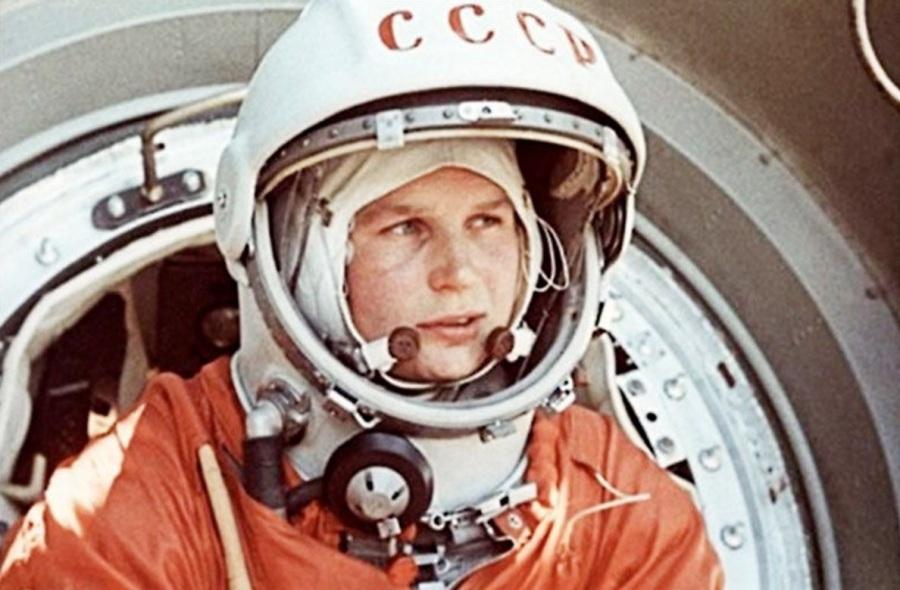 16 de junho - Valentina Tereshkova a bordo da nave soviética Vostok 6 torna-se a primeira mulher no espaço.