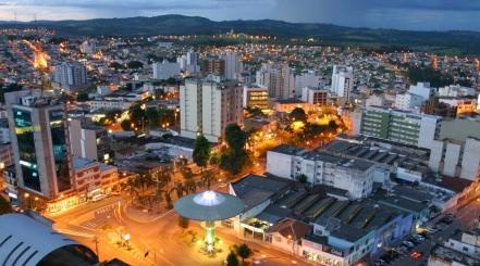7 de Outubro - Vista panorâmica da cidade à noite — Varginha (MG) — 135 Anos em 2017.