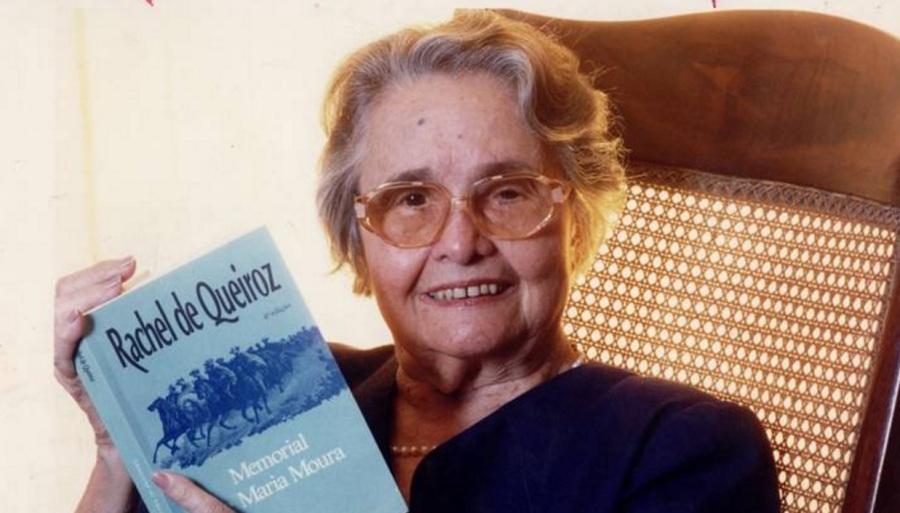 raquel-de-queiroz-escritora-tradutora-dramaturga-e-jornalista-lendo