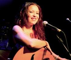 11 de Março - Tetê Espíndola, cantora, compositora e instrumentista brasileira.
