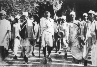 12 de Março - 1930 - Mahatma Gandhi na Marcha do sal.