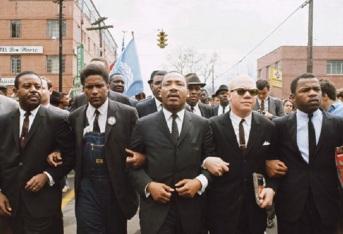 21 de Março - 1965 — Martin Luther King lidera 3 200 pessoas no início da terceira e finalmente bem-sucedida marcha pelos direitos civis de Selma até Montgomery, Alabama.