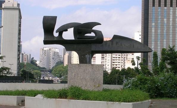 21 de Março - Monumento a Ayrton Senna, de Melinda Garcia, instalado na entrada do túnel homônimo sob o Parque Ibirapuera, em São Paulo.