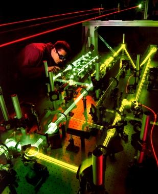 22 de Março - 1960 — Arthur Schawlow e Charles Hard Townes recebem a primeira patente para um laser