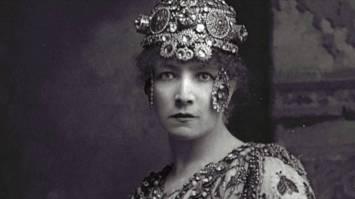 26 de Março - 1923 — Sarah Bernhardt - atriz francesa (n. 1844).