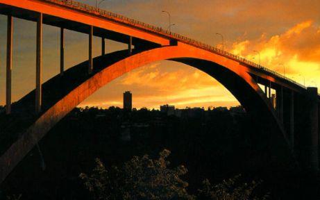27 de Março - 1965 — Inaugurada a Ponte Internacional da Amizade ligando a cidade de Foz do Iguaçu,