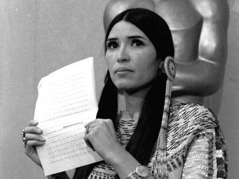 27 de Março - A recusa de Marlon Brando em receber o Oscar escrita em uma carta, foi entregue no palco por uma jovem índia ativista chamada Sacheen Littlefeather