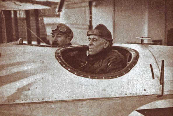 30 de Março - 1922 - Gago Coutinho (em segundo plano), junto a Sacadura Cabral.