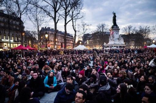 31 de Março - 2016 — Começa na França o movimento social conhecido como Nuit debout, espalhando-se dias depois para a Bélgica, Alemanha e Espanha.