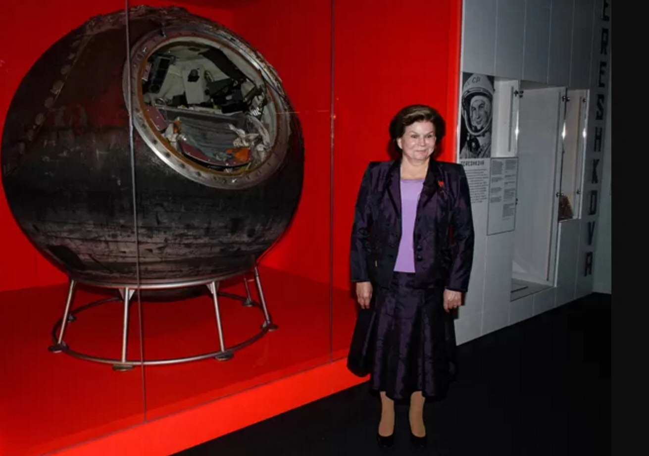 Valentina Tereshkova posa ao lado da cápsula Vostok 6, em exibição no Museu de Ciência de Londres. (Foto-AFP Photo-Leon Neal)