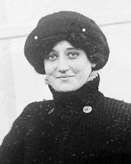 8 de março - 1910 — A aviadora francesa Raymonde de Laroche torna-se a primeira mulher a receber uma licença de piloto.