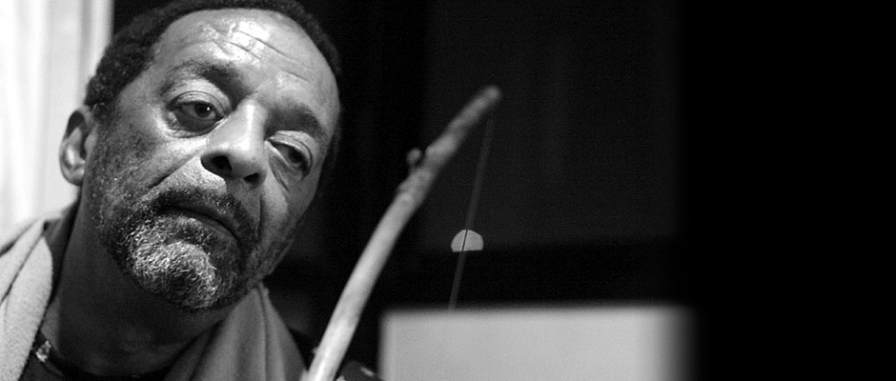 9 de março - Naná Vasconcelos, músico brasileiro