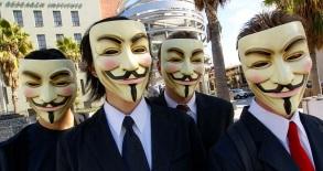 13 de Abril - 1570 — Guy Fawkes, conspirador inglês (m. 1606). Manifestantes do grupo Anonymous utilizando máscaras de Guy Fawkes no modelo apresentado na série V de Vingança.