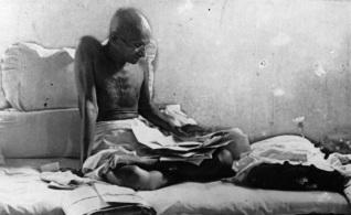 16 de Abril - 1919 — Mahatma Gandhi organiza um dia de 'oração e jejum' em resposta à morte de manifestantes indianos no Massacre de Jallianwala Bagh pelas tropas coloniais britâni
