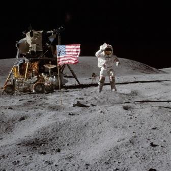 16 de Abril - 1972 — Programa Apollo - lançamento da Apollo 16 do Cabo Canaveral, Flórida. John Young na Lua e o rover lunar em segundo plano.