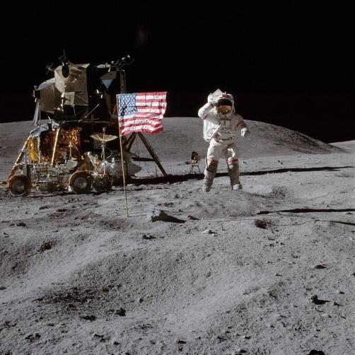 20 de Abril - 1972 — Apollo 16, comandada por John Young, pousa na Lua.