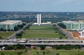 21 de Abril - O Eixo Monumental e a Esplanada dos Ministérios vistos da Torre de TV de Brasília — DF.