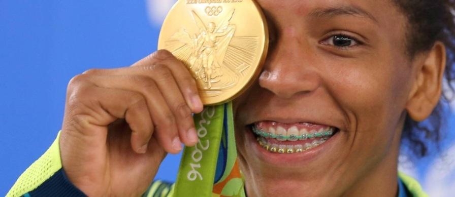 24 de Abril - Rafaela Silva com sua medalha de ouro olímpica.