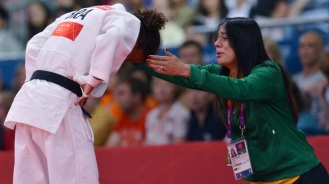 24 de Abril - Rafaela Silva sendo consolada por sua técnica.