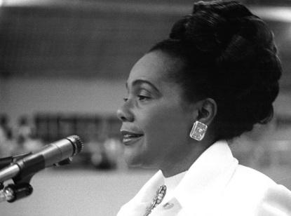 27 de Abril - 1927 — Coretta King, ativista estadunidense em discurso e vestida muito elegantemente.