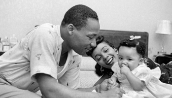 27 de Abril - 1927 — Coretta King com o marido Martin Luther King e sua primeira filha Yolanda, em 1956.