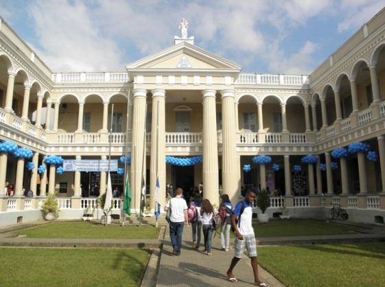 27 de Abril - Leopoldina - MG - Escola Estadual Professor Botelho Reis - Alunos na entrada.