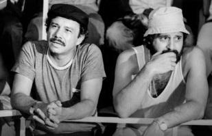 28 de Abril - 1933 – Stênio Garcia - ator brasileiro, como Bino em Carga Pesada, com Antônio Fagundes, seu parceiro na série.