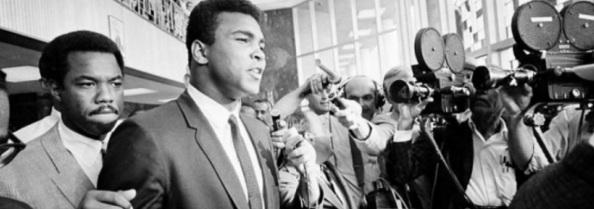 28 de Abril - 1967 – Muhammad Ali recusa-se a lutar na Guerra do Vietnã. Ele foi punido com a cassação do título mundial de boxe.