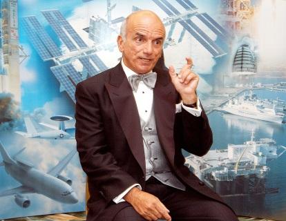 28 de Abril - 2001 – Aos 60 anos, Dennis Tito torna-se o primeiro turista espacial ao partir na nave russa Soyuz TM-32