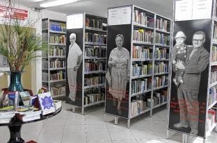 28 de Abril - Biblioteca Municipal de Lençóis Paulista - SP - estantes de livros com posters de escritores.
