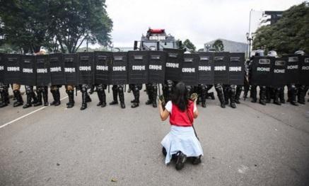 29 de Abril - 2015 — Ocorre em Curitiba, Brasil, a Batalha do Centro Cívico.