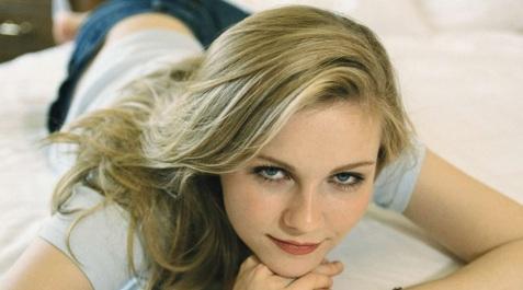 30 de Abril - 1982 — Kirsten Dunst, atriz norte-americana - deitada.