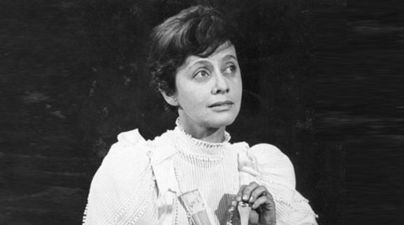 30 de Abril - 2001 — Maria Clara Machado, dramaturga brasileira, jovem (n. 1921).