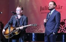 10 de Maio - 1960 - Bono, cantor irlandês da banda U2 e Leonardo Dicaprio em evento em Saint-Tropez, na França.