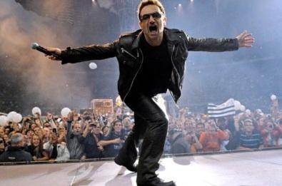 10 de Maio - 1960 - Bono, cantor irlandês da banda U2, no palco.