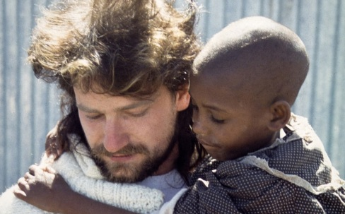 10 de Maio - 1960 - Bono, da banda U2, com criança africana.