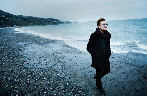 10 de Maio - 1960 - Bono passeando na praia.