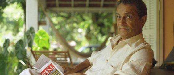 10 de Maio - Nelson Xavier - Falecimento - 2017 - Foto - Nelson Xavier navaranda lendo jornal.