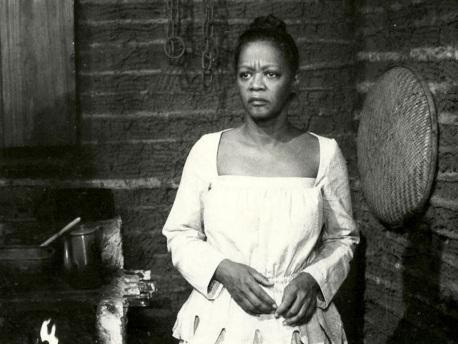 12 de Maio - 1921 - Ruth de Souza, atriz brasileira, em cena.
