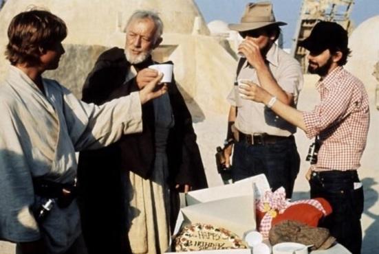 14 de Maio - 1944 – George Lucas, cineasta estadunidense, gravação, Star Wars, bolo de aniversário no set.