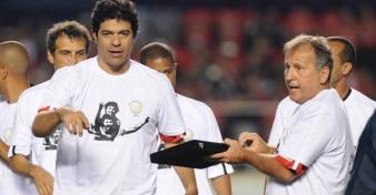 15 de Maio - Raí recebe das mãos de Zico placa de homenagem a Sócrates.