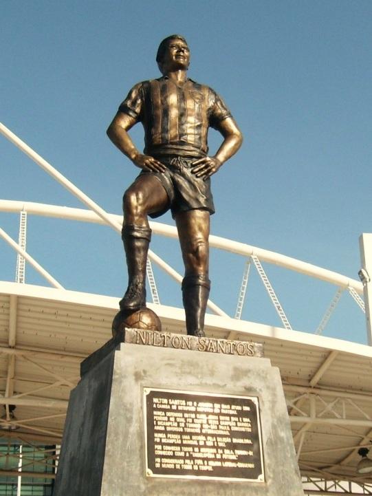 16 de Maio - Estátua de Nílton Santos inaugurada em 2009 no Estádio Nílton Santos, Rio de Janeiro.