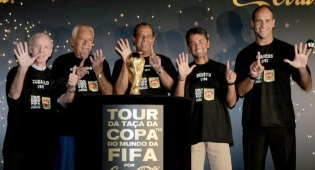 16 de Maio - Nilton Santos com todas gerações campeãs da seleção brasileira de futebol masculino.