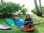 18 de Maio - 1975 — Jack Johnson, cantor estadunidense, com violão pranchas de surfe.