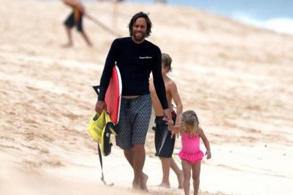 18 de Maio - 1975 — Jack Johnson, cantor estadunidense, na praia com crianças.