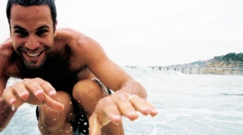 18 de Maio - 1975 — Jack Johnson, cantor estadunidense, no mar.