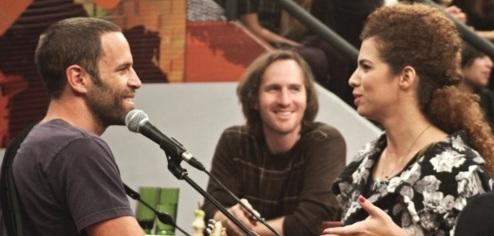 18 de Maio - Jack Johnson conversa com Vanessa da Mata durante gravação do programa Altas Horas em São Paulo.