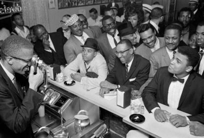 19 de Maio - 1925 – Malcolm X fotografando Ali.