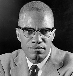 19 de Maio - 1925 – Malcolm X, líder negro estadunidense - close up.